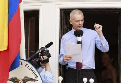 http://www.worldmeets.us/images/assange-addresses-embassy_pic.jpg