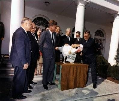 http://www.worldmeets.us/images/kennedy-turkey-pardon_pic.jpg